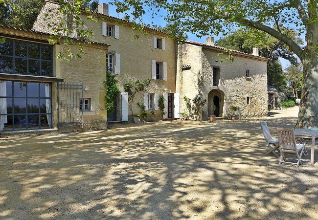 à Saint-Restitut - 13- Mas Provençal avec vue dégagée sur le Ventoux